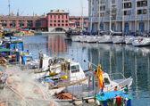 Pescador e turista barcos em porto velho, em 13 de abril de 2008 em genova — Foto Stock