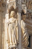 Statue of medieval queen from gothic facade — Stock Photo