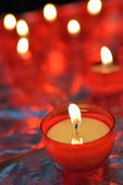 Bränning stearinljus i katolska kyrkan — Stockfoto