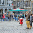 Tourists taking pictures on Grand Place  — Stockfoto