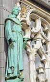 Neogothic statue on the wall of historical King's House or Maison du Roi in Brussels — Stock Photo