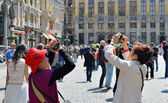 Tourists taking pictures on Grand Place in Brussels — Stock Photo
