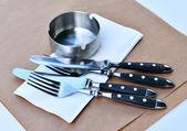 Garfo e faca, preparado na mesa de kra — Foto Stock