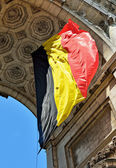 Belgian flag waving in Triumphal Arch in Cinquantenaire Park in Brussels — Zdjęcie stockowe