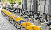 Amarelas bicicletas de villo de self-service para alugar no centro histórico de bruxelas — Fotografia Stock