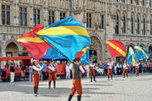 Unidentified performers with flags participate in the Plantation of Meyboom ceremony on Grand Place — Stock Photo