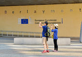 Foreign tourists take pictures of European Commission headquarter the Berlaymont building — Stock Photo