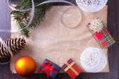 Cartão de natal com presentes, bolas e árvore — Foto Stock