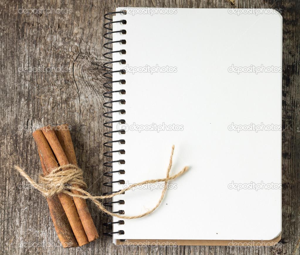 Ricettario bianco con mazzo di cannella sul bordo di legno for Mazzo per esterni in legno