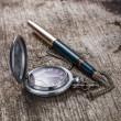 古いポケット時計および噴水インクのペンの木製の背景 — ストック写真
