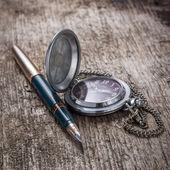 Vieux stylo à encre dorée avec montre de poche à planche en bois — Photo