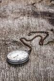 Vieille montre de poche à fond bois — Photo