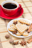 Cup of coffee with gingerbread cookies and spices — Stock Photo
