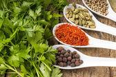 レシピ本背景。パセリの束とスパイスの多様性. — ストック写真