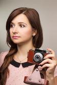 流行に敏感な若い女性古いカメラで写真を作る — ストック写真