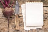 木製のテーブルでナイフで新鮮な野菜のシリーズ. — ストック写真