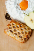 небольшой свежий запеченный яблочный пирог — Стоковое фото