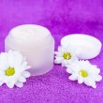 Cream and flowers — Stock Photo #15651981