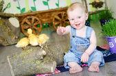 Bébé avec canards — Photo