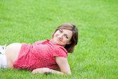 Těhotná v trávě — Stock fotografie