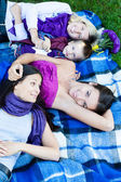 In het park met vrienden — Stockfoto