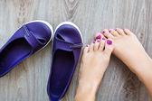 Piernas femeninas junto con los zapatos — Foto de Stock