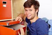 ボックスを持つ若い魅力的な男 — ストック写真