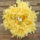 Nest gemaakt van gele veren met pasen eieren — Stockfoto