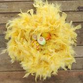 Nido hecho de plumas amarillas con huevos de pascua — Foto de Stock