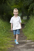 Summer hlidays: little boy in the wood — Stockfoto