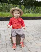 Little toddler with straw summer hat, outdoors — Stock Photo