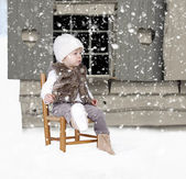 Little toddler outdoors in the snow — Stockfoto