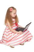 Adorable kleines mädchen mit laptop isoliert auf weißem hintergrund — Stockfoto