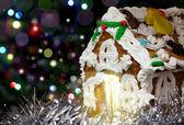 Maison de Noël pain d'épices maison avec fond de bokeh de nuit — Photo