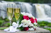 Buquê de casamento e vinho espumante — Foto Stock
