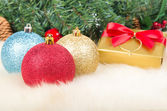 Julgranskulor och gåva — Stockfoto