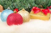 Noel topları ve hediye — Stok fotoğraf