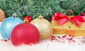 Julklapp och bollar — Stockfoto