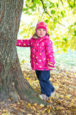 Little girl near the tree — Stock Photo
