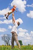 Padre giocando con il figlio — Foto Stock