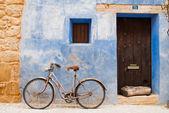 велосипед на голубой стене — Стоковое фото