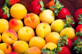 Apricots and strawberries — Stock Photo