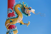 Chinese dragon statue with blue sky — Foto de Stock