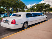 HONOLULU, HAWAII - FEB 2: White stretch limousine sevice for wedding couple — Stock Photo