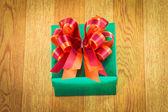 Boîte de cadeau vert sur bois — Photo