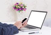 бизнес человек руки с помощью мобильного телефона с пустой экран ноутбука c — Стоковое фото