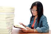 Starszy azji kobieta czytająca książka na białym tle — Zdjęcie stockowe