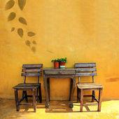 Mesa e cadeira de madeira vintage velha — Fotografia Stock