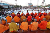 Beaucoup de gens donne nourriture et boisson pour aumône à 12 999 moines bouddhistes sur Décembre 30,2012 — Photo