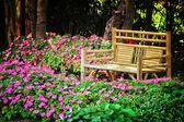 在公园的竹椅子 — 图库照片